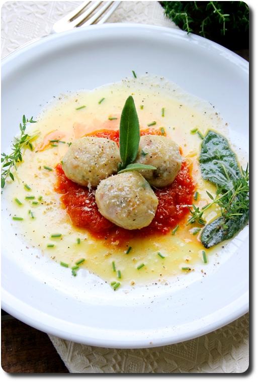 Canederli (gnocchi de pain) au jambon, parmesan et beurre de sauge et à la sauce tomate