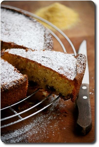 gâteau à la farine (semoule) de maïs, yaourt et copeaux de